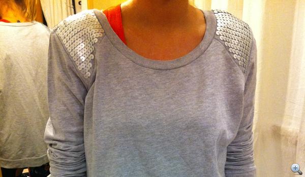 Ez egy női pulcsi, igaz 46-os méret. Renoválás turkáló, Dohány utca, 1600 forint.