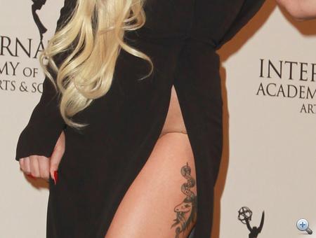 Lady Gaga ruháján oldalt hatalmas hasadás...