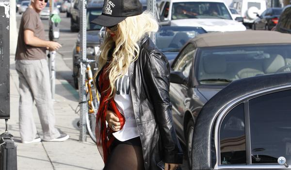 Az énekesnő az Agent Provocateur bemutatóra érkezik szinte neglizsében.