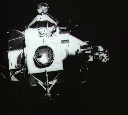 1970. április 17. Az Apollo 13 holdmodulja a parancsnoki modulról való leválás után, a visszatérés előtt egy órával.