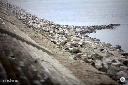 Szárazon az  Ínség-szikla a Szabadság híd északi oldalán.