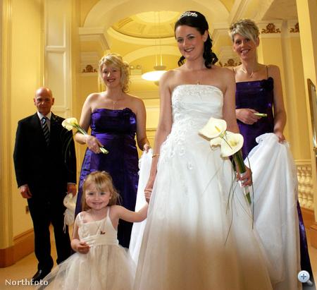 Érkezés a házasságkötő-terembe