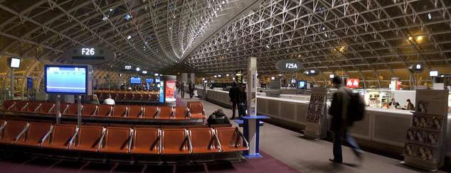 A Roissy-Charles de Gaulle reptér által kezelt járatoknak pedig mintegy negyven százaléka késett