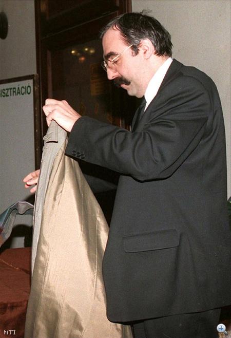 Budapest, 1996. február 18. Lemondott Bokros Lajos pénzügyminiszter. A miniszter a lemondó levelet a kormányülést követően adta át Horn Gyula miniszterelnöknek, aki a lemondást elfogadta.