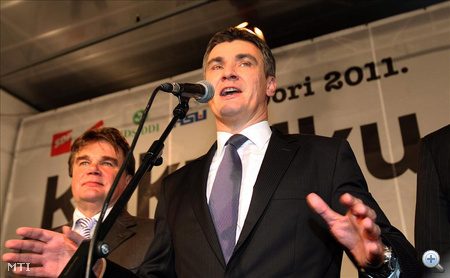 Zoran Milanovic újságíróknak nyilatkozik, miután megnyerték a horvátországi parlamenti választásokat