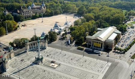 A Millenniumi emlékmű és a Műcsarnok a főváros  a Hősök terén.