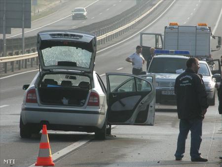 Bicske, 2009. szeptember 18.  Rendőrök helyszínelnek az M1-es autópálya 35-ös kilométerénél, ahol hajnalban fegyveresek megpróbáltak kirabolni egy pénzszállító autót, majd sorozatlövővel rálőttek a helyszínre érkező rendőrökre. A támadók zsákmány nélkül menekültek el a helyszínről.
