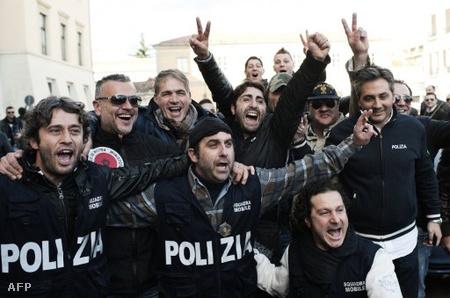 Ünneplő rendőrök a casertai rendőrkapitányságnál
