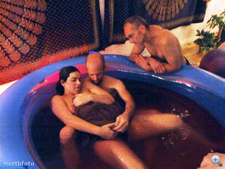 Jaiya Ma szülés közben, vele a medencében a gyerek biológiai apja, Ian Ferguson, mellettük a másik férfi a családból, Jon Hanauer