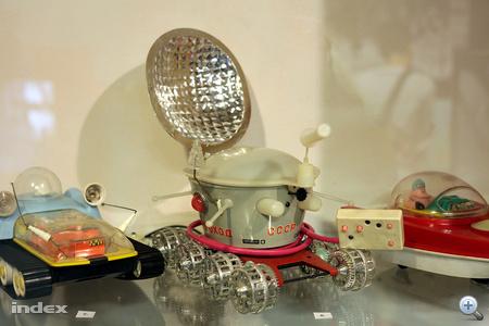 Űrjátékokban erős volt a szovjet játékipar, a távirányítós Lunohod holdjáró csodaszép.