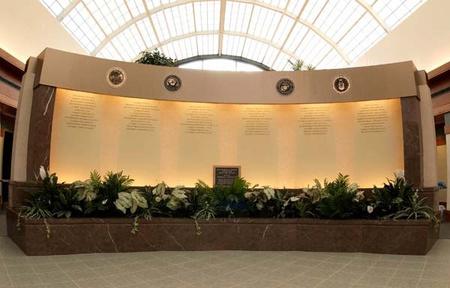 Az elesett hősök fala a légierő harcban elhunyt tagjainak neveivel a doveri halottasházban