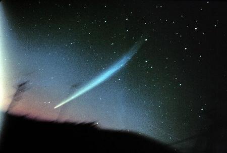 Az Ikeya-Seki-üstökös 1965. október 28-án, egy héttel napközelsége után. John Laborde gyönyörű felvételén a csóva 25 fok hosszan követhető.