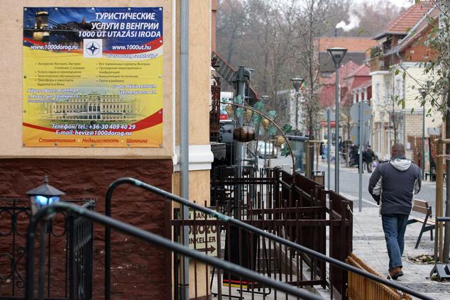 Egy utazási iroda orosz nyelvű hirdetése Hévízen