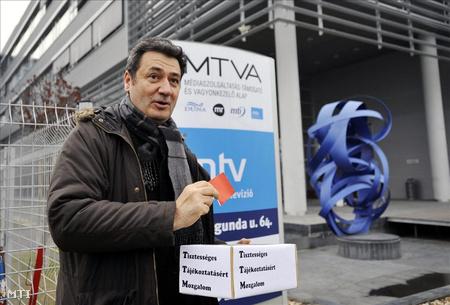 Nagy Navarro Balázs a Kunigunda utcai tv-székház előtt