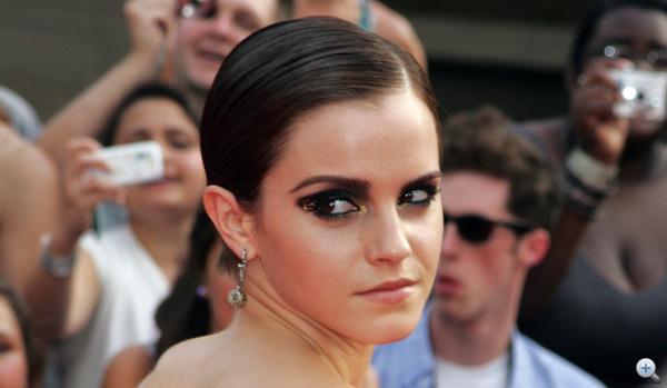 Emma Watson rövid haját nem díszíti, inkább sminkjével jelzi, hogy ünnep van.