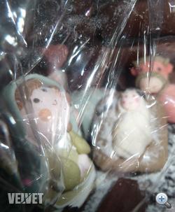 Szűz Mária és a Jézuska még a celofán alatt