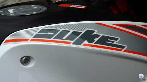 Megismerik? Hát ez a baj. A KTM szimbolikus típusa a Duke. Még sportos, de már nem sportmotor