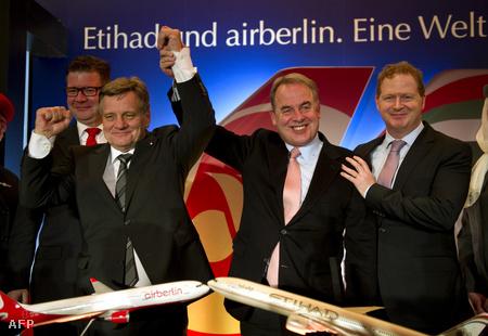 Hartmut Mehdorn (baloldalt) az Air Berlin, és James Hogan az Etihad Airlines vezérigazgatója
