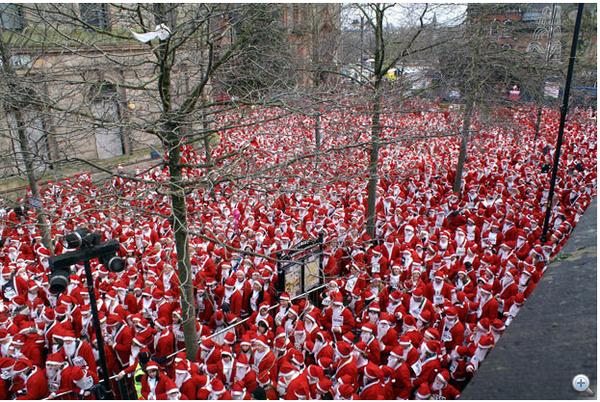 13000 Télapó és Télanyó gyülekezik az észak-ír Derry City városában 2007. decemberében.