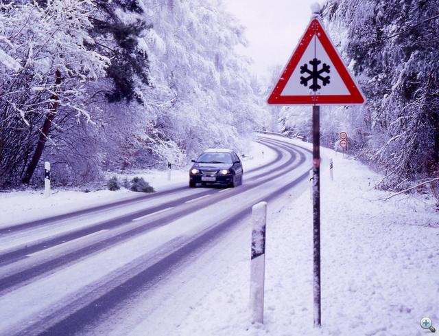Egyre több európai országban teszik kötelezővé a téli gumik használatát. Akár több ezer eurós bírságot is fizethet, aki nyári csúszós útviszonyok közt, nyári gumival közlekedik