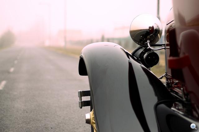 A sárvédő szépen tükröződik a fényszóróban. A volán mögül pont látni.