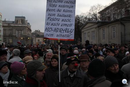 A demonstrációt az MTVA éhségsztrájkoló tagjai hirdették meg, azért, hogy így követeljék, hogy a közmédia mondjon fel a híreket gyártó Hírcentrum két igazgató-helyettesének is, akik véleményünk szerint felelősek azért, hogy Lomnici Pál egykori főbírót kiretusálták a köztévé hírműsoraiban, illetve más kérdésekben is nyomást gyakoroltak az újságírókra.