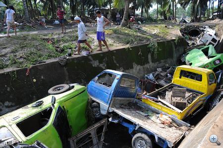 A hatalmas és hirtelenszerű áradás az embereket álmukban érte. A tévé-állomás képsorai azt mutatták, amint egy család kétségbeesetten menekül vízzel elöntött otthonából az ablakon keresztül, és a mentőalakulatok erejüket megfeszítve igyekeznek a túlélőket biztonságos helyre menekíteni.