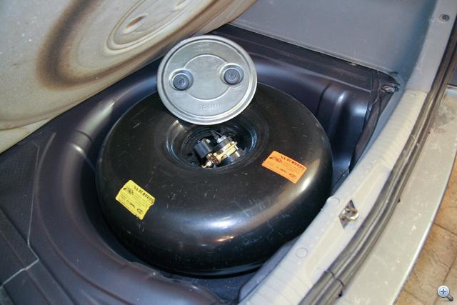 Pótkerék helyére építhető tank: ez kisebb, de megmarad a csomagtartó