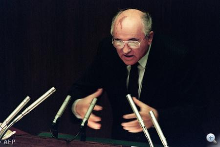 A kilencvenes évek elejének viharos belpolitikai eseményeiben nem volt könnyű helytállnia.