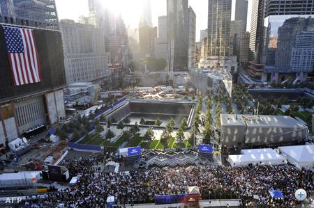 Pontosan tíz évvel az első repülőgépnek a Világkereskedelmi Központba való becsapódása után New Yorkban megkezdődött a megemlékezés a 2001. szeptember 11-i merényletekről.