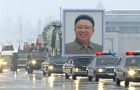 A Kim Dzsongil koporsóját szállító halottaskocsi.