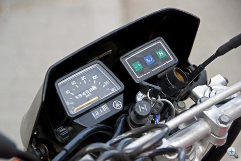Egyszerű Yamaha műszerek, több motoron volt ilyen. Jobb oldalt szivagyújtó aljzat a GPS-hez