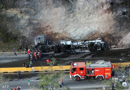 A kiömlött üzemanyag egy kilométer hosszan égett, a tűzoltók egy órán át küzdöttek a lángokkal, mire eloltották azokat