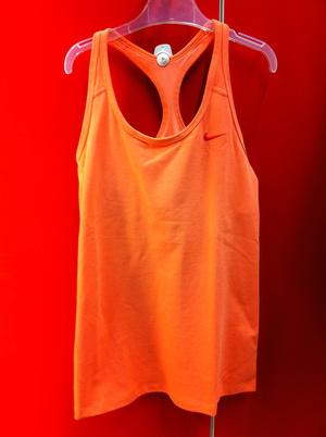 Hervis: Ha szeret színesen öltözködni edzés közben is, akkor a felsőkkel, topokkal fejezheti ki önmagát. Ez a darab például 7999 forint.