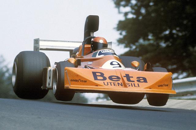 Slick-abroncs extravaganza: Vittorio Brambilla éa a March 751 Ford (1975) a levegőben. Brambilla, az őrült olasz. Villámgyors volt, de törte az autót, mint a ropit. Azonban ha kiadta neki, akkor nyerni is tudott, igaz, csak egyszer, 1975-ben az Österreichingen.