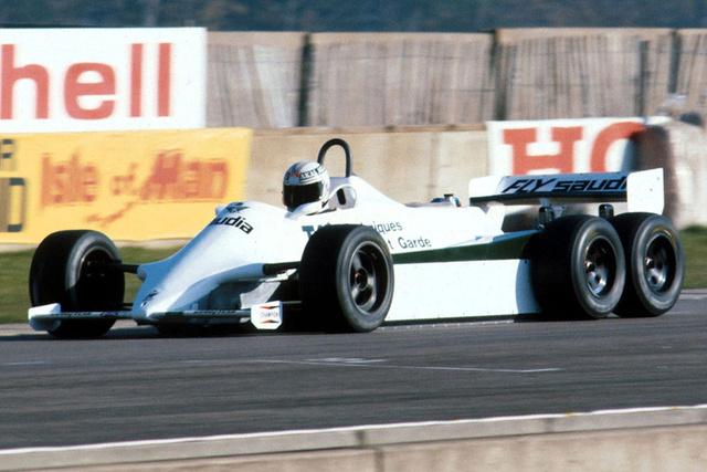 """Williams FW 07B és FW08B. (1981-82). 1981-ben a Williamsnél elkészítették az akkori FW07 hatkerekű prototípusát, melyet Alan Jones tesztelt. Az eredmények biztatóak voltak, így a következő évben tovább kísérleteztek az úhabb, FW08-alapokra épített hatkerekűvel, melynek két hátsó tengelye hajtott volt. Az autó jól működött, de a szezon eleji tesztek után a FOCA szabálymódosítást eszközölt. Szokatlan döntés volt, Patrick Head szerint egyértelműen a hatkerekű autó kisakkozása volt a cél. Elmondása szerint  """"Valaki egy FOCA-értekezleten azt állította, hogy egy ilyen autó rajthoz állása olyan láncreakciót váltana ki, melynek hatása komoly többletköltséggel járna és káoszt okozna a boxkiállások során."""" A FIA szigorúan négyben korlátozta a kerekek számát, melyekből kettő lehetett hajtott."""