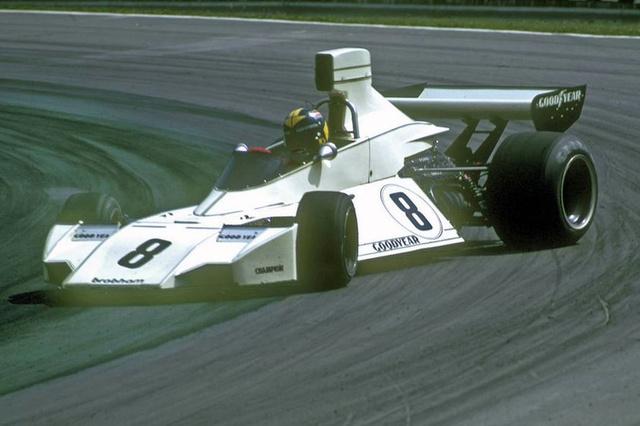 Carlos Pace kilinccsel előre (lol) a Brabham Ford BT44 (1974)-ben. Gordon Murray autói már akkor is magukon viselték a letisztult, aerodinamikailag nagyon fejlett karosszériák stílusjegyeit. A brazil Carlos Pace, aki Wilson és Emerson Fittipaldi jó barátja volt Forma-1-es karrierjének öt éve alatt (72-77) 56 pontot gyűjtött, hatszor állt dobogón de csak egyszer nyert. Ez azonban lég volt ahhoz, hogy hazájában nemzeti hősként ünnepeljék, hiszen a Brazil Nagydíjat nyerte meg 1975-ben. 1977-ben hunyt el repülőgép-balesetben. Nevét mai napig őrzi a versenypálya Interlagosban.