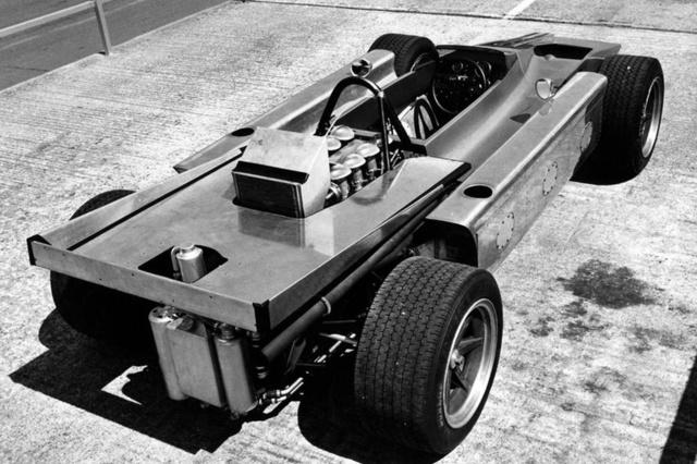 A Cosworth 4WD (1969) a gyártó önálló próbálkozása volt. Az összkerékhajtású autókra jellemző alulkormányzottság és a hajtáslánc többletsúlya azonban leküzdhetetlen akadálynak bizonyult. Soha nem indult versenyen.