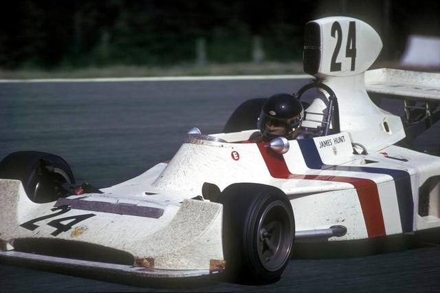 James Hunt, Hesketh Ford 308 (1974). Lord Hesketh volt az, aki felfedezte a világnak a villámgyors, ám sok autót összetörő James Huntot, akit először Forma3-as csapatában próbált ki. Később újonnan felállított csapatához szerződtette, ahol a March-konstrukciók sikertelensége után saját tervezésű autóit adta alá. A Hesketh-csapat egy óriási fenegyerek-banda volt a Forma-1-en belül. A lorddal ez élen Rolls Royce-aikkal csapattak a pályákon, vedelték a pezsgőt és mindig forrt köröttük a levegő. Hunt tökéletesen beilleszkedett. Az autó több dobogós helyet is elért Hunttal, sőt 1975-ben megnyerte a Holland Nagydíjat, amikor a szakadó esőben maga mögött tartotta Niki Lauda Ferrariját. Ez volt a csapat egyedüli győzelme 52 rajtból. 76-ban Hunt a McLarenhez távozott, 1978-ra lord Hesketh pénze megcsappant és ő vette kalapját, autói tovább éltek, hiszen több csapatot is megjártak még utána. A motorsporttörténelem legvagányabb bandája feloszlott, de legendájuk ma is él.