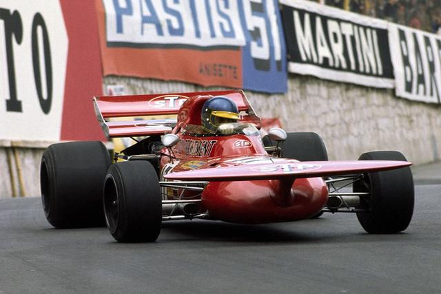 Ronnie Peterson, March 711 Alfa Romeo (1971). Bármilyen furcsa kinézetű is, de a háromliteres V8-as Alfa motorral szerelt March egy jó autó volt. A svéd Peterson 1971-ben Jackie Stewart mögött második lett a bajnokságban. A 003-as Tyrrell megállíthatatlan volt. Peterson az 1978-as Olasz Nagydíjon veszítette életét egy értelmetlen tömegbalesetben. Már eleve repedt lábszárcsonttal állt rajthoz az előző évi Lotus 78-assal, mivel az edzések során összetörte saját új 79-esét. A rajtot követő tömegbaleset részese volt, autója kigyulladt, de James Hunt, Clay Regazzoni és Patrick Depailler kihúzták a roncsból. Hunt későb elmondta, hogy úgy tartotta Peterson fejét, hogy ne lássa saját, összezúzott lábait. A pálya közepére fektették de a mentők először a komolyabb sérülteket szállították kórházba. Később kiderült, hogy Ronnie jobb lába hét, míg a bal három helyen volt eltörve. Éjjel került volna sor a műtétekre, addigra azonban egy csontszilánk a véráramba kerülve több létfontosságú szervét is károsította, Peterson reg