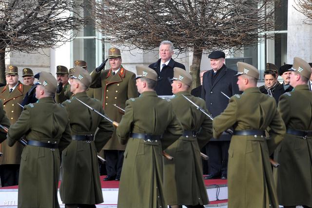 Hende Csaba, Schmitt Pál és Benkő Tibor vezérezredes a díszőrség bemutatóján. Fotó: Soós Lajos - Index.hu