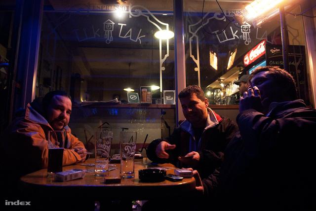 A Böszörményi úti Tik-Takban már csak a teraszon lehet dohányozni