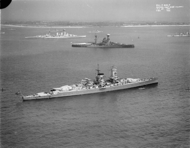 Az Admiral Graf Spee látogatóban a brit flotta spitheadi támaszpontján. Háttérben a flotta büszkesége, a világ akkori legnagyobb csatahajója a Hood, amelyet a Bismarck egy jól irányzott sortűzzel küldött a hullámsírba