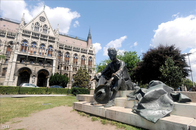 József Attila szobra a Kossuth téren