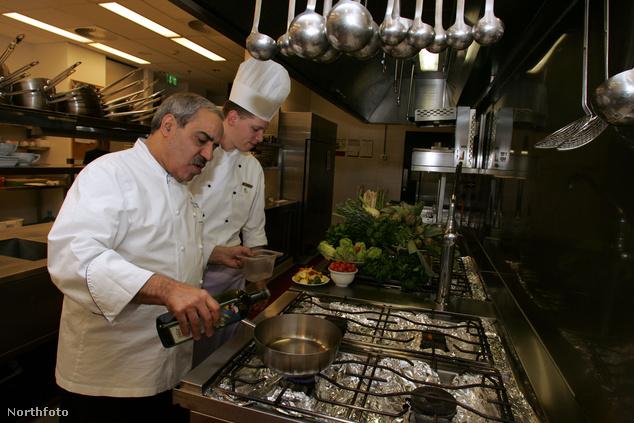 Zitouni Abdessattar, a Four Seasons Gresham Palace Hotel Páva éttermének séfje főz