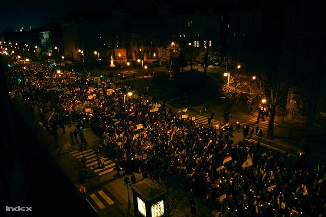 """""""A csatolt képet most fényképeztem a Köröndön, az emberek jelen pillanatban a Gábor Áron rézágyúját éneklik, de volt már székely himnusz és Kossuth Lajos azt izente is."""""""