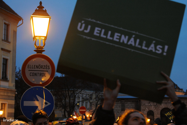 Néhány transzparens már az Operaház előtti tüntetésen is feltűnt.