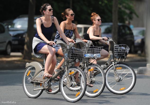 Jessica Alba barátnőivel Párizsban közbringázott