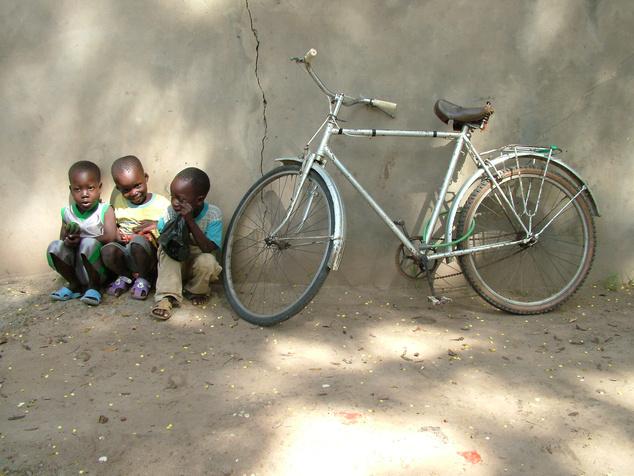 Hat papucs, három gyerek, két kerék