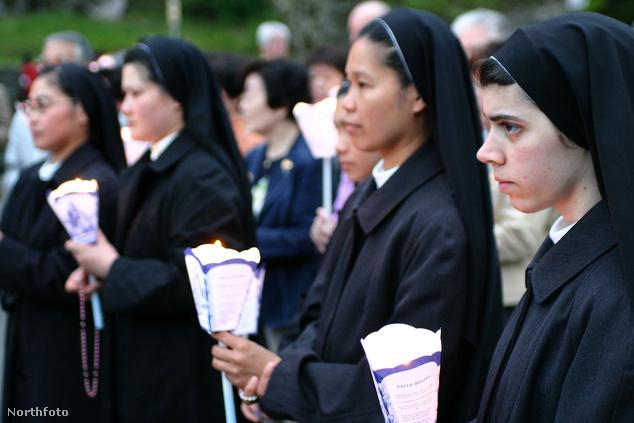 Zarándokok Lourdes-ban. Az évente a városba látogató ötmillió zarándok közül 700 ezren fiatalok.